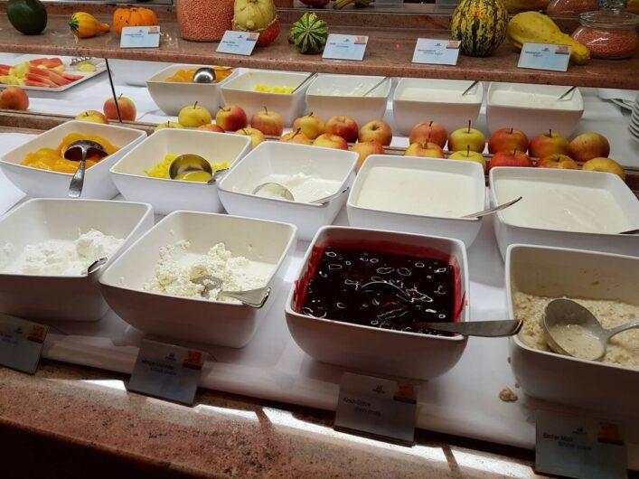 Quark und Obst auf dem Frühstücksbüffet