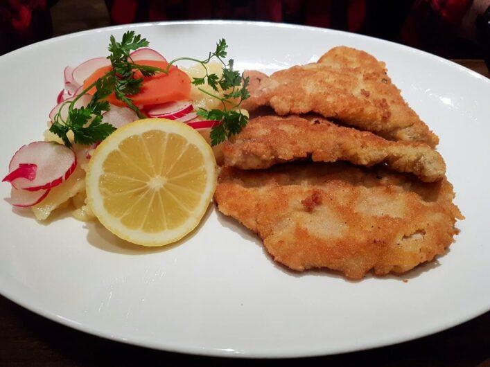 Gebackenes Schnitzel mit Kartoffelsalat
