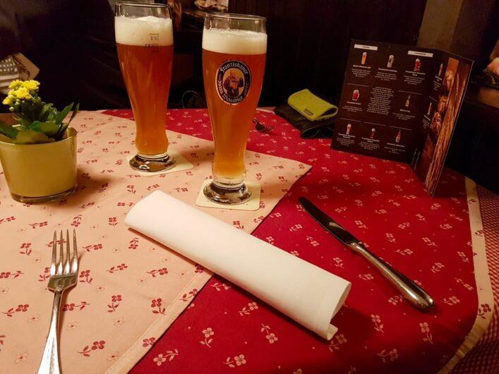 gedeckter Tisch mit zwei Gläsern Paulaner Weißbier