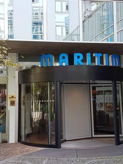 Blick auf den Eingang des Hotel Maritim in München