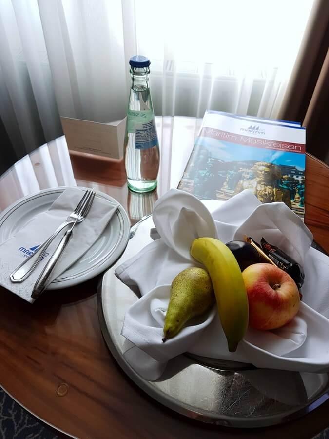 Obstteller und Mineralwasser zum Empfang im Maritim Hotel München