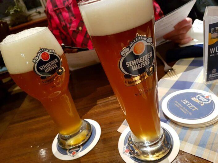 zwei Gläser mit Schneider Weisse