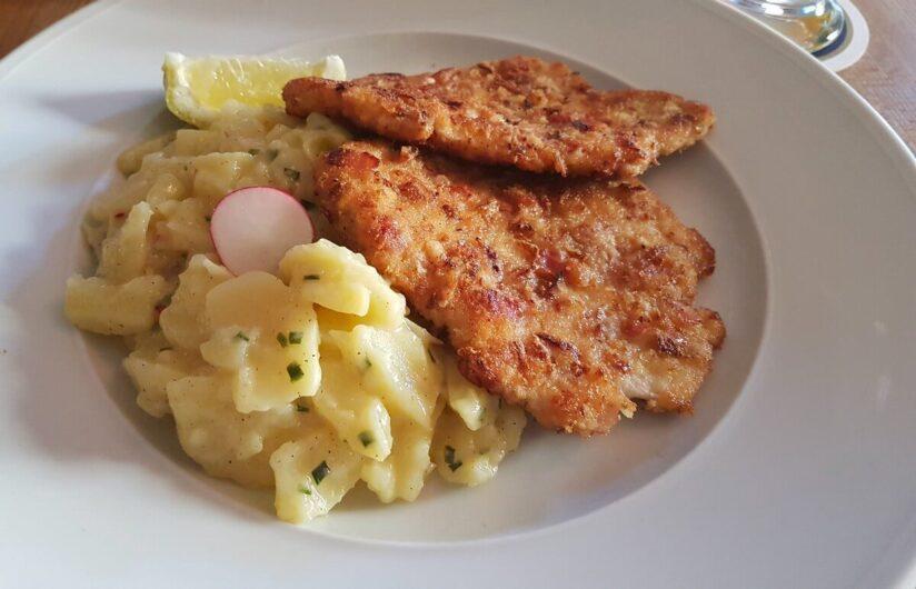 Schnitzel in Breznpanade mit Kartoffelsalat im Wirtshaus Zum Straubinger