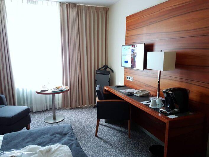 Blick auf den Schreibtisch im Maritim Hotel München