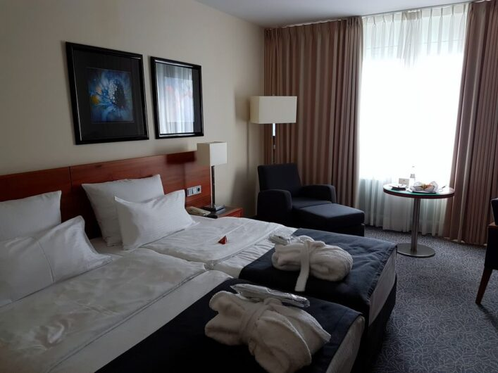 Blick in ein Zimmer im Maritim Hotel München