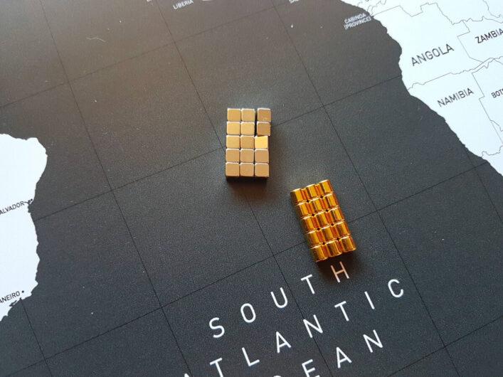silbrige und goldene Magnete für die magnetische Weltkarte