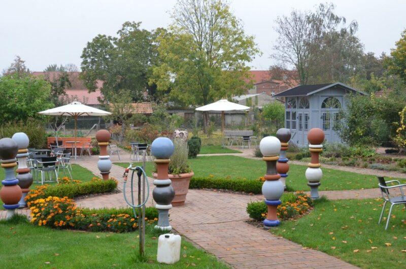 Blick auf Kunst und den Pavillon im Garten der D8