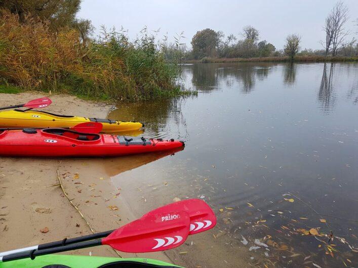 Kanus am Ufer in Nitzow