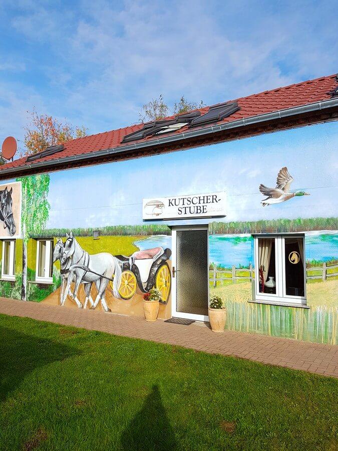 mit Pferden und Landschaft bemaltes Gebäude auf dem Reiterhof Kuhn