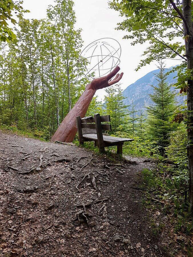 Skulptur mit ausgestreckter Hand am Besinnungsweg in Pertisau