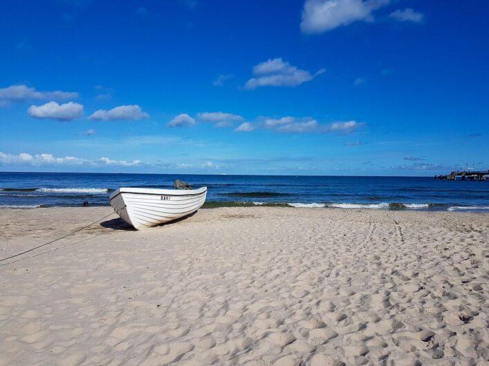 Holzboot am Strand direkt am Meer