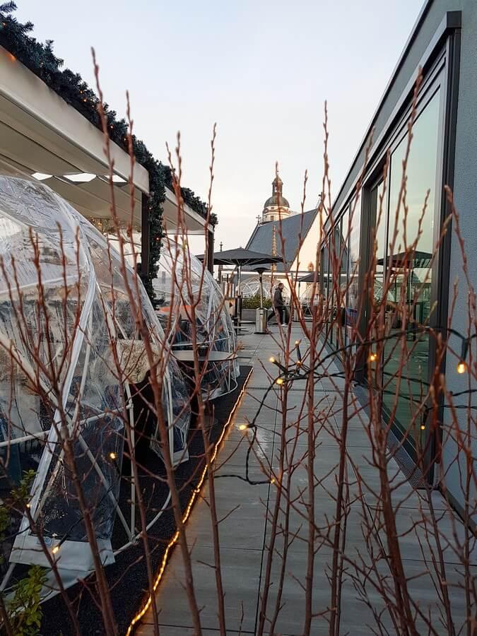 Iglus auf der Dachterrasse des Innside by Meliá Leipzig
