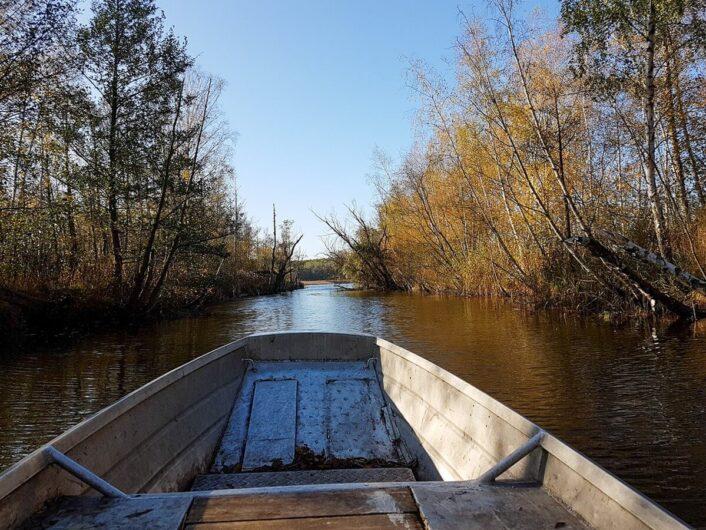 Fahrt mit dem Fischerboot auf einer Verbindung zwischen den Seen im Seenland Oder-Spree