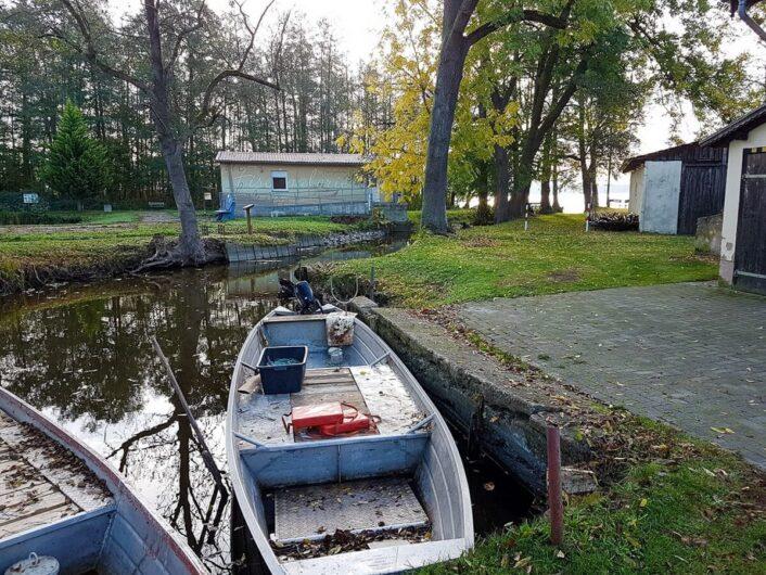 Fischerboot der Fischerei Köllnitz steht bereit zur Abfahrt
