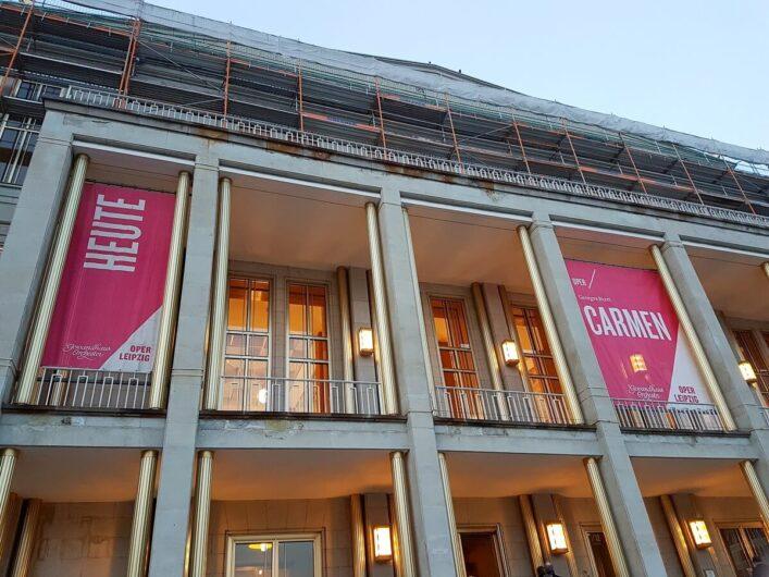 Blick auf das Operhaus Leipzig mit dem Hinweis auf das Abendprogramm Carmen