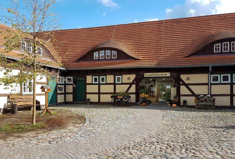 im Innenhof von Burg Storkow