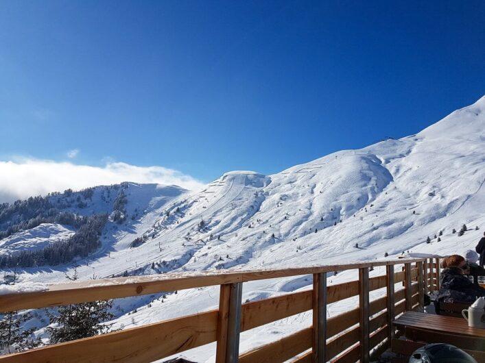 Blick von der Terrasse des Restaurant Steigegg auf die verschneiten Berge von Fiss