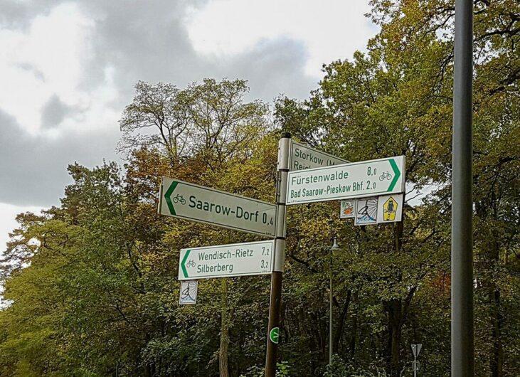 Hinweisschilder am Radweg im Seenland Oder-Spree