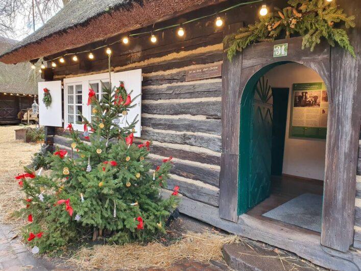 Haus im Museumsdorf Lehde im Spreewald mit Weihnachtsbaum vor der Tür