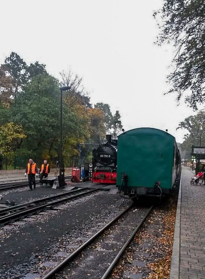Rasender Roland im Bahnhof