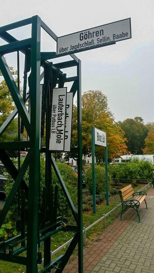 Schilder im Bahnhof Binz