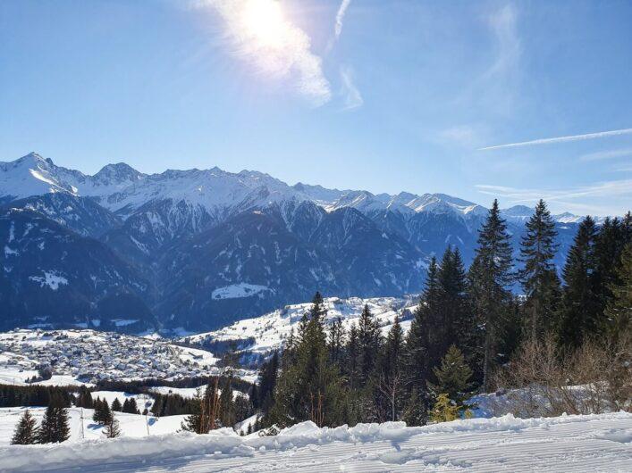 Ausblick auf das verschneite Fiss und die umliegende Bergwelt