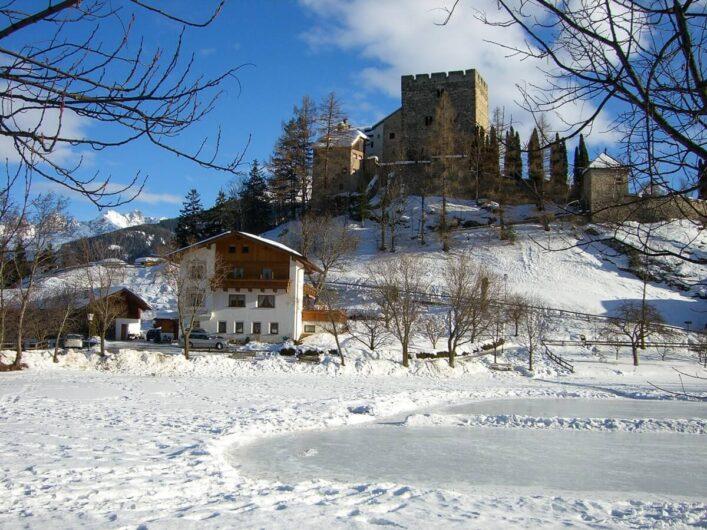 Blick auf die Burg Laudegg und den Lader Weiher