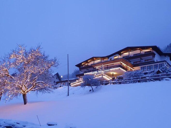 Blick von unten auf das Hotel garni Tirol in der Dämmerung