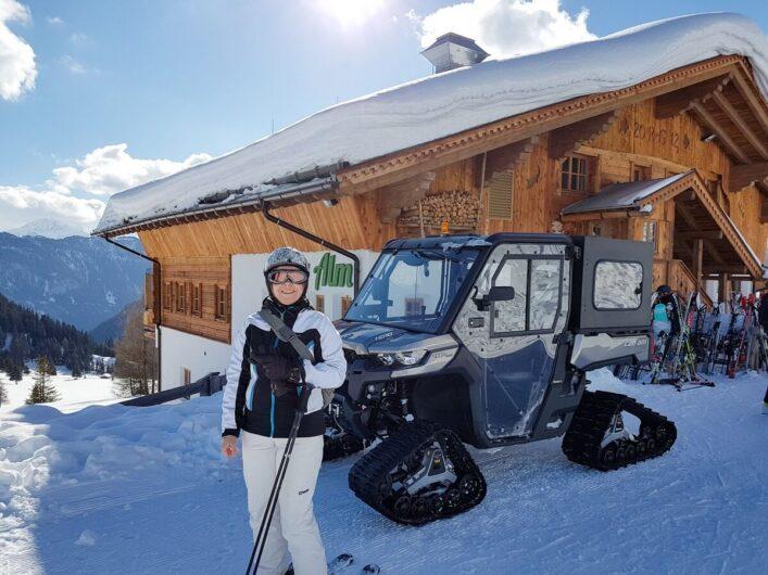 Martina im Ski-Outfit vor der Hög Alm