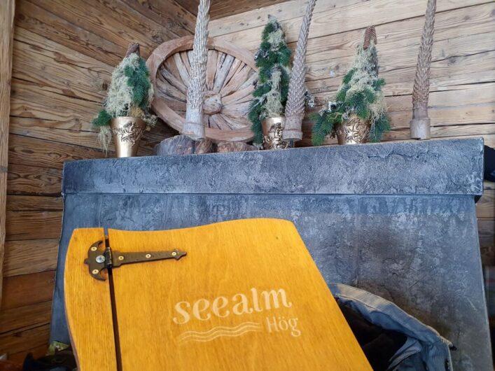 Speisekarte und Dekoration in der Seealm Hög