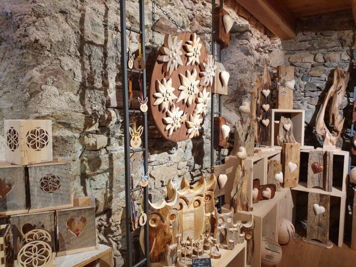 Holzschnitzereien im Geschäft von Zierholz