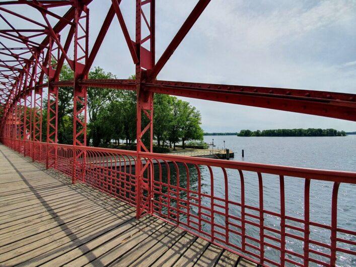 Brücke zur Greenwichpromenade am Tegeler See