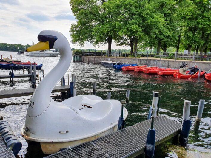 Tretboote und Ruderboote beim Bootsverleih am Tegeler See