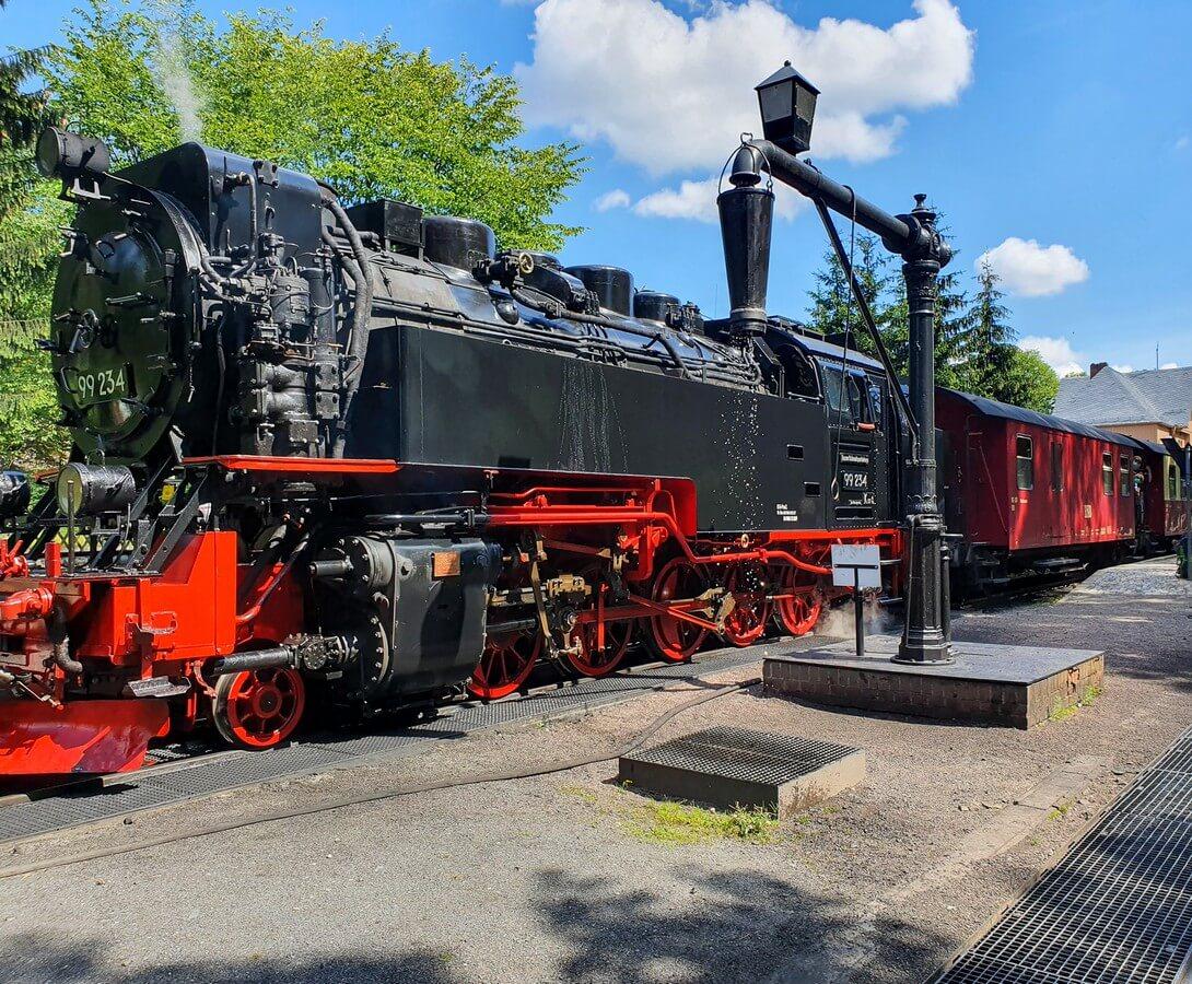 Dampflok der Brockenbahn wird mit Wasser befüllt