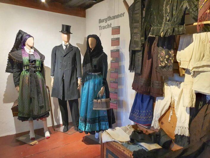Burgthanner Trachten im Heimatmuseum der Burg Thann