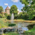 Dorfteich mit Springbrunnen vor dem Stadttor von Altdorf