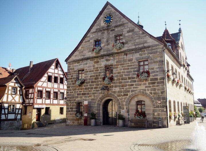 Blick auf das Rathaus in Altdorf bei Nürnberg