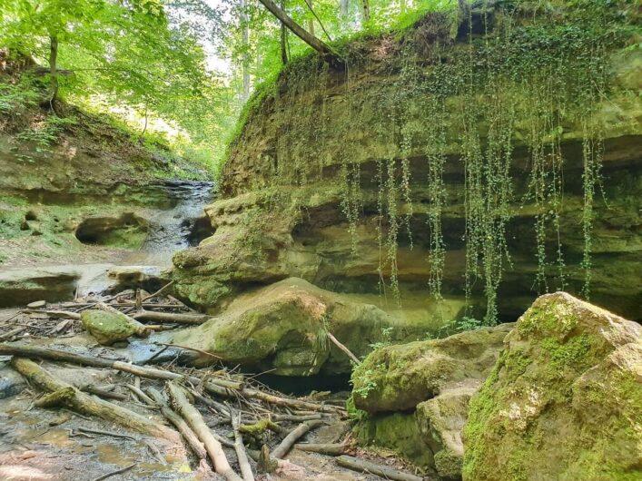Felsformation der Teufelskirche mit Wasserfall