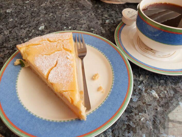 Zitronentarte und Tasse Kaffe