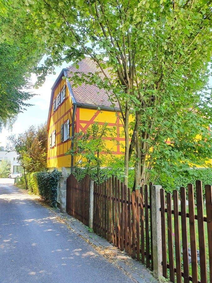 gelbes Fachwerkhaus kurz vor Burgthann