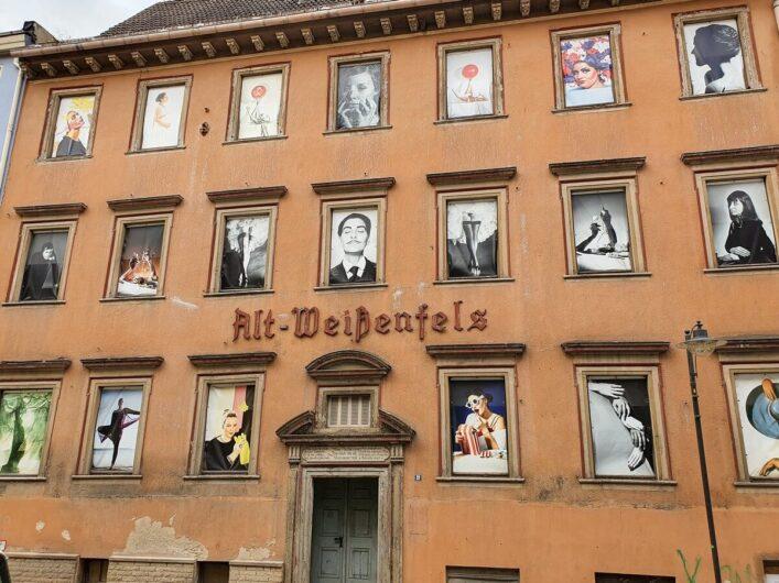 Poster im Stil von Horst P. Horst in den Fenstern der ehemaligen Gaststätte Alt-Weißenfels