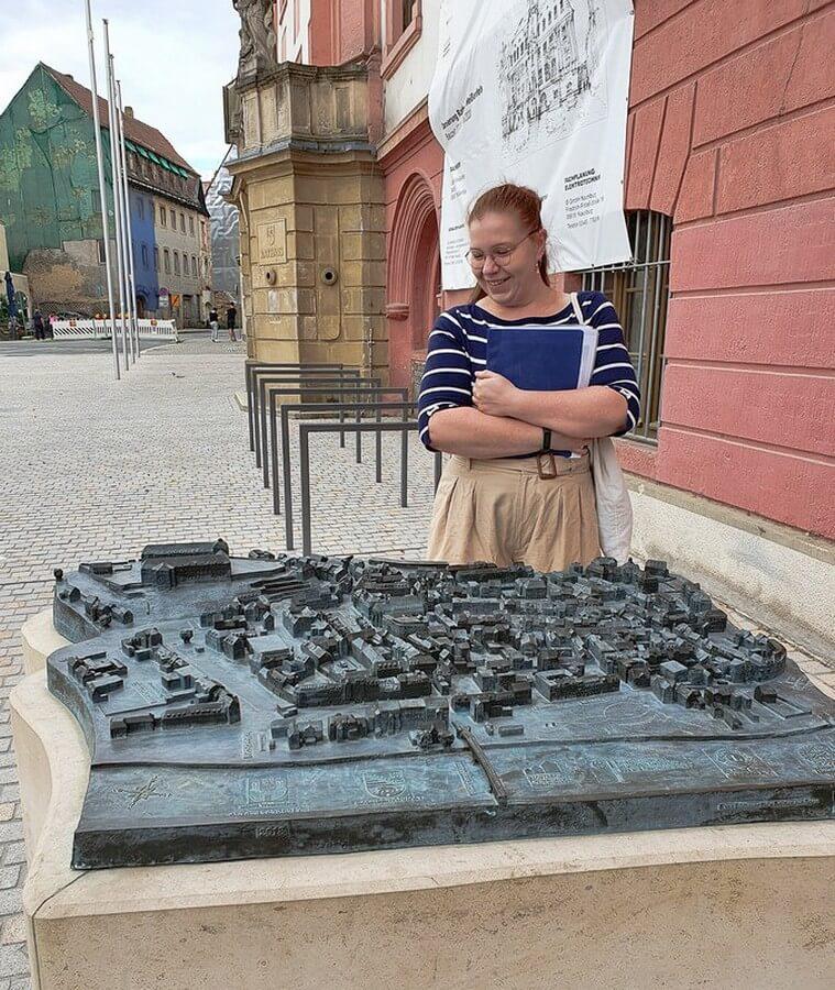 Stadtführerin vor dem Modell der Stadt Weissenfels