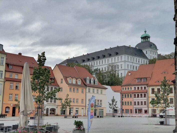 Blick vom Marktplatz der Residenzstadt Weißenfels hoch zu Schloss Neu-Augustusburg