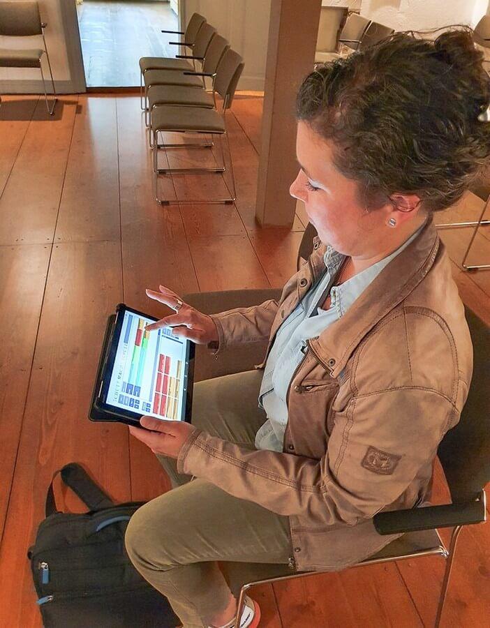 Martina beim Komponieren mit dem Tablet