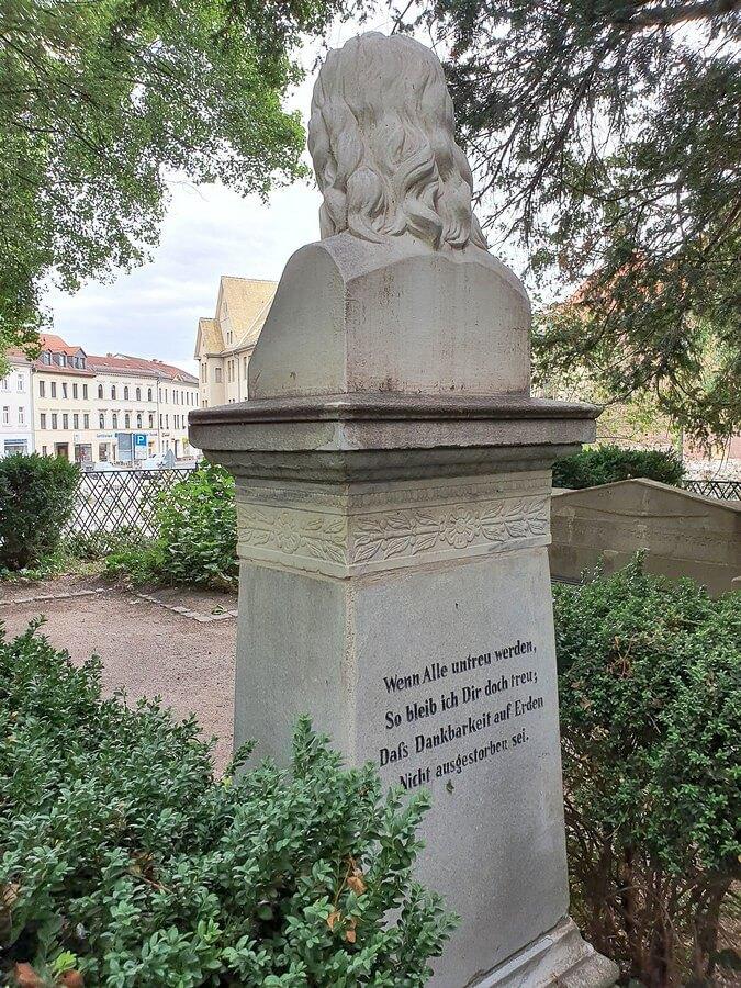 Die Rückansicht der Novalisbüste mit Inschrift