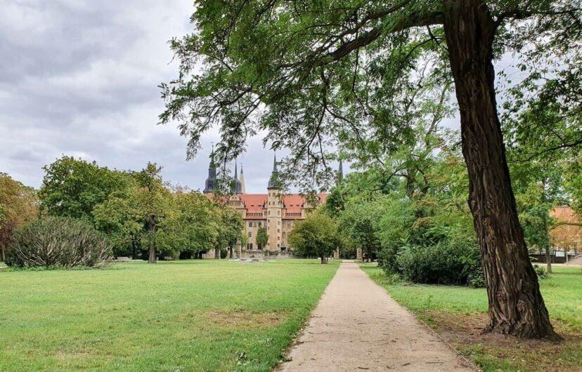 Schlosspark mit Blick auf Schloss Merseburg