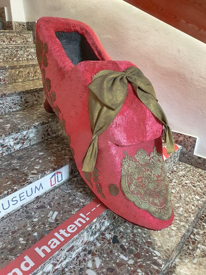 überdimensionaler Schuh auf der Treppe des Schuhmuseums