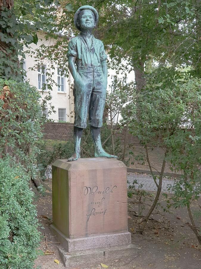 Statue des Schusterjungen im Stadtpark von Weißenfels