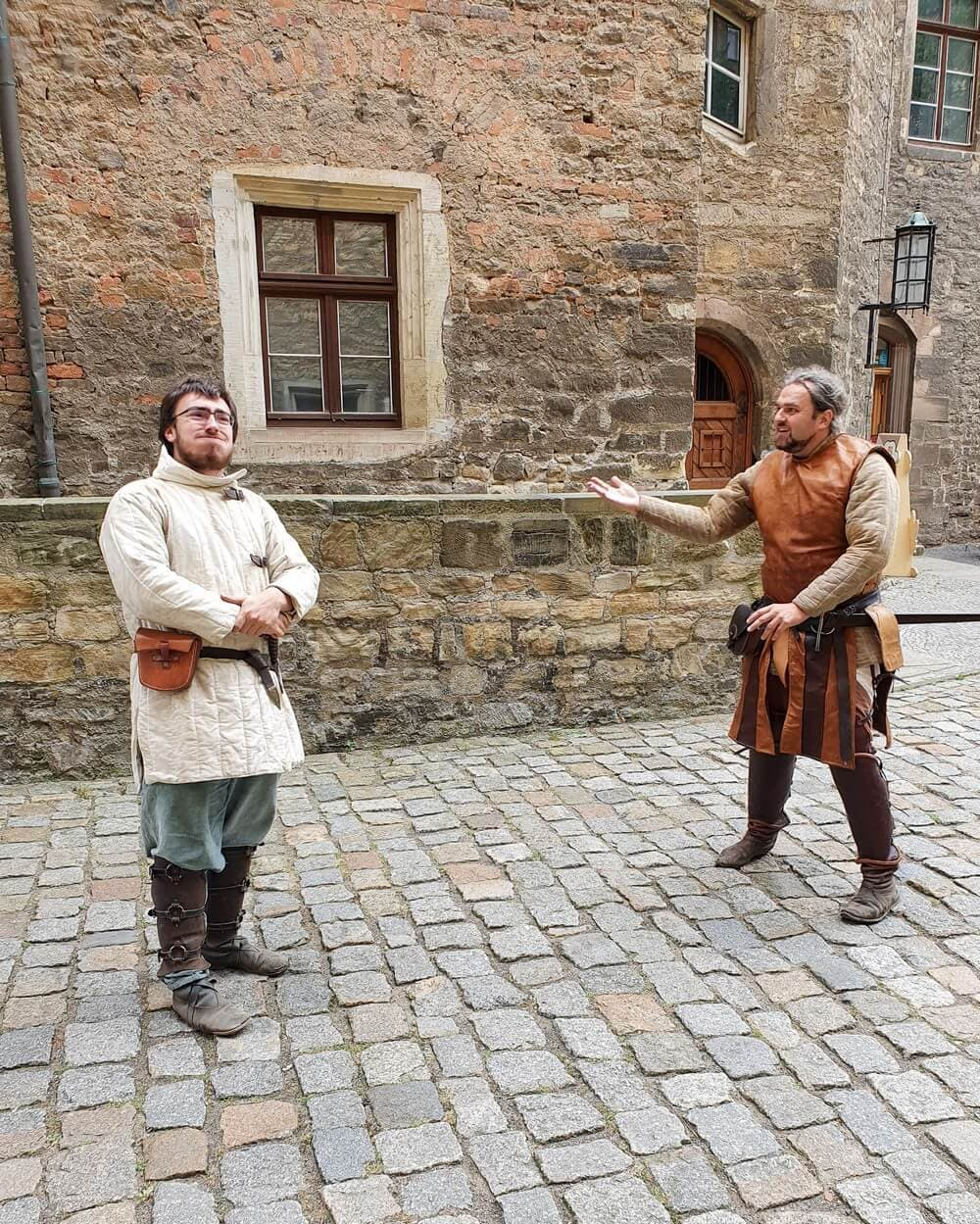 mittelalterliche Schwertkämpfer vor Schloss Merseburg