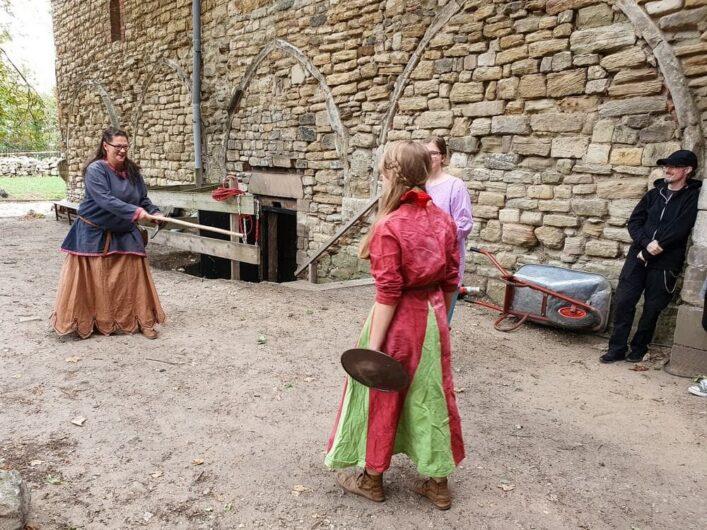 Schwertkampf der Damen hinter dem Petrikloster